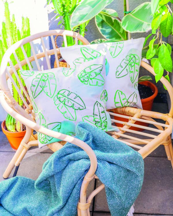 Kissen mit Marabu Textil Print im Urban-Jungle-Look